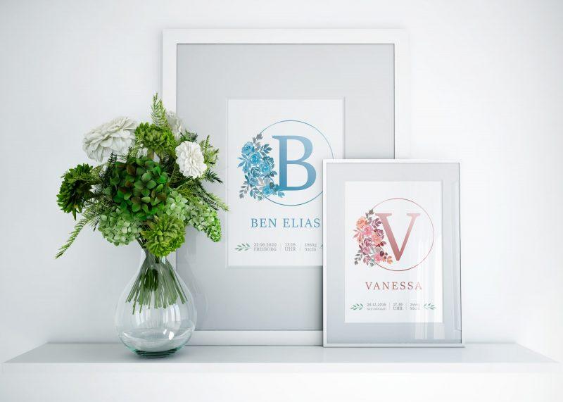 A4 Namensbilder mit Buchstaben in blau und rosa. Buchstaben eingerahmt durch einen Kreis, der auf der linken Seite durch Blumen unterbrochen wird. Darunter der gewünschte Name in der Farbe des Buchstabens und der Blumen und darunter in grau Geburtsdaten.